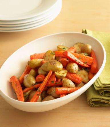 Pazartesi  Kahvaltı:  1 adet muz, 1 bardak şekersiz çay ya da kahve   Öğle:  1 adet yumurta,  2 adet haşlanmış patatesle hazırlanmış patates salatası. (İçine domates, biber, taze soğan ve az sıvı yağ) ilave edebilirsiniz.   Saat 16.00: 1 adet elma, 1 kibrit kutusu kadar peynir  Akşam:  6 adet ızgara köfte, 2 yemek kaşığı piyaz, cacık   Gece: 1 su bardağı süt